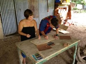 Voluntarios trabajando en Rotulacion